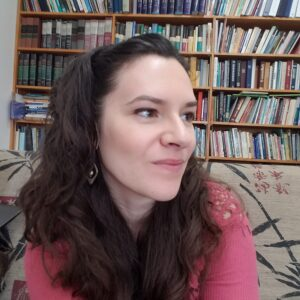 Alexis Donkin, Intuitive Life Coach with full bookshelf behind her